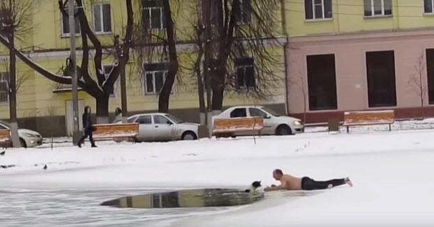 No duda en lanzarse al hielo para salvar a un perro atrapado en el río congelado