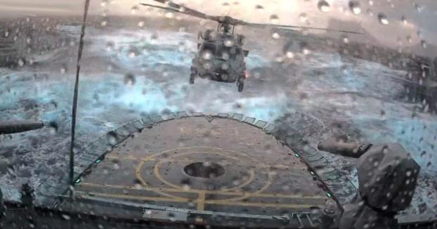 Maniobra de aterrizaje de un helicóptero MH-60R Seahawk en un buque patrullero con mar picado