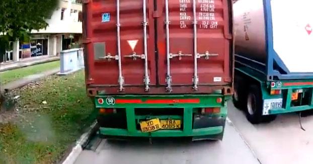 Nunca te metas entre dos camiones cuando vayas con la moto, NUNCA