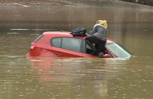 mujer-atrapada-coche-sagunto-3
