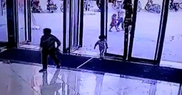 Espeluznante momento en el que una enorme puerta de cristal aplasta a una niña de tres años. Ha sobrevivido