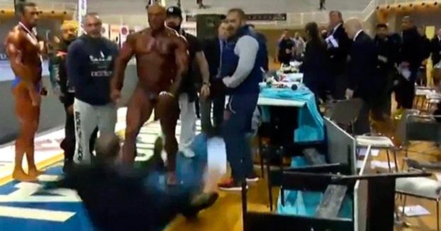 El culturista Giannis Magos le mete un bofetón al juez después de perder un torneo y luego se saca el pene (Vídeo)