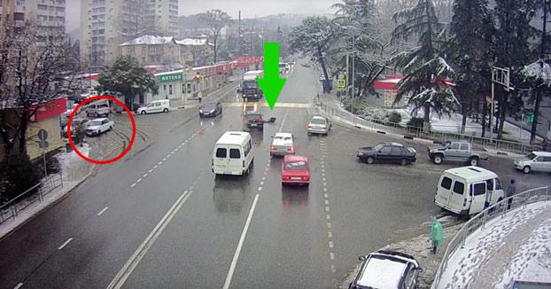 Tiene un accidente con el coche, sale despedido quedando tirado en la carretera y el vehículo se aparca solo