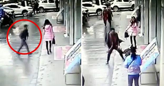 Intenta robarle el bolso a una bella dama y un caballero llega corriendo para darle una paliza al ladrón