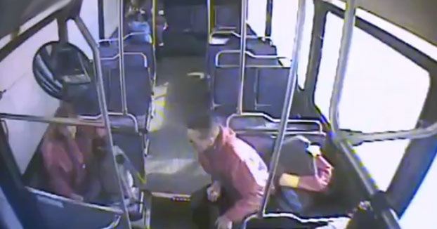 Va tranquilamente en el bus cuando le explota el cigarrillo electrónico que lleva en el bolsillo