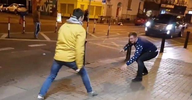 Se ponen a imitar a Conor McGregor en la calle y se llevan la sorpresa de su vida