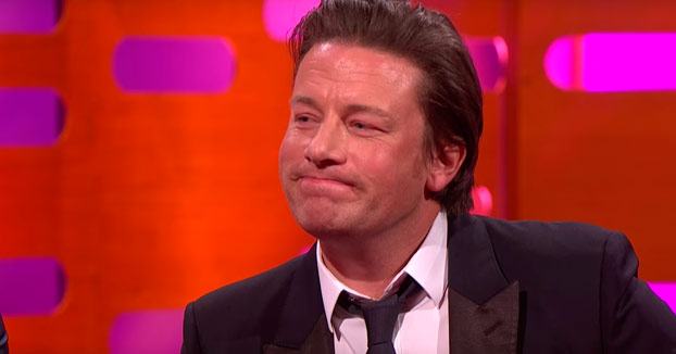 Le enseñan a Jamie Oliver la que se lió en España con su paella y las risas son máximas