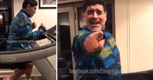 Maradona se marca este baile mientras entrena en la cinta. Con corte de manga incluido...
