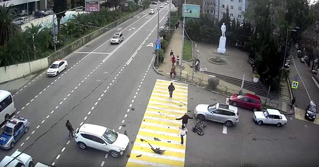 Brutal: Un motorista choca contra un coche que cambia de dirección y cruza la calle volando por los aires