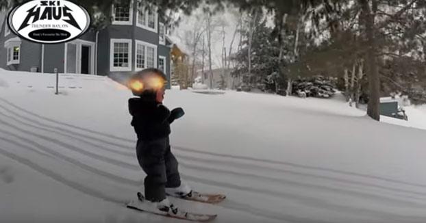 Sólo tiene dos años de edad y ojo a la habilidad que tiene para esquiar
