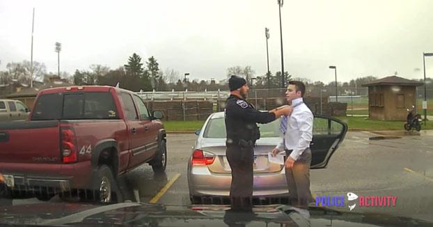 Llegaba tarde a la presentación de un trabajo, un policía lo para por exceso de velocidad y le acaba atando la corbata