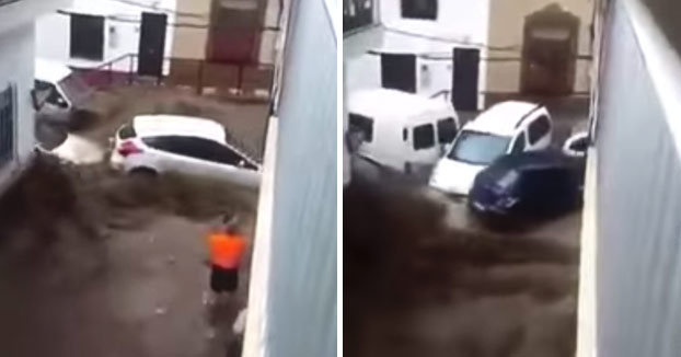 Coches y camiones arrastrados calle abajo como si fuesen de cartón por las fuertes lluvias en Adra (Vídeo)
