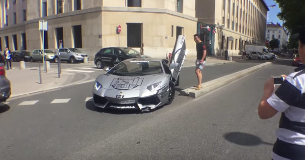 Choca con su Lamborghini Aventador contra un bordillo y se caga en todo