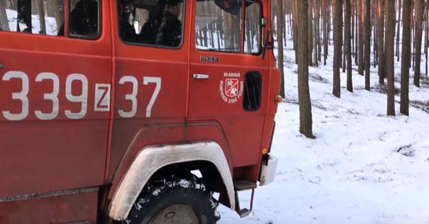 No es fácil bajar con un camión de bomberos por la nieve. Y más aún cuando estás rodeado de árboles