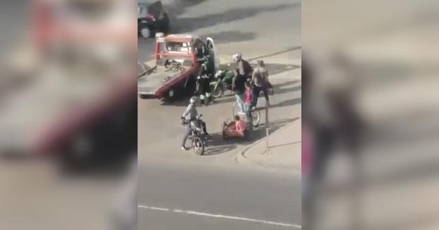 Un hombre le lanza un casco de moto a un policía y lo deja KO