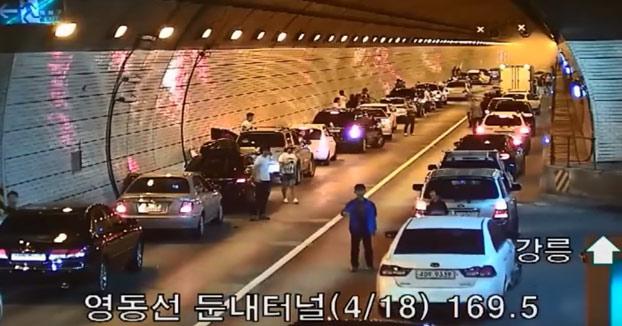 La gran coordinación de todos conductores en un accidente en pleno túnel de Corea del Sur