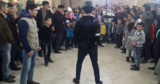 Un espontáneo intenta hacer un backflip durante una coreografía de Michael Jackson y la cosa acaba muy mal