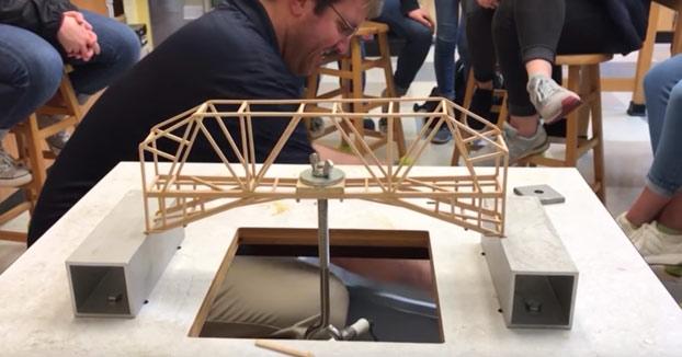 Estudiantes de física diseñan puentes y prueban en clase su resistencia