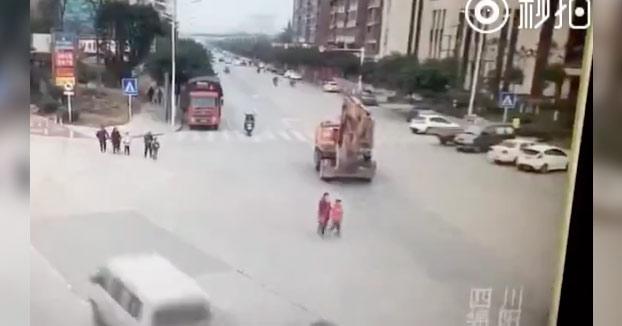 Escalofriante: Una excavadora atropella a una mujer y a una niña