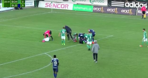 Un futbolista salva la vida al portero del equipo contrario en pleno partido