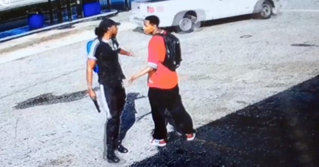 Amenaza a un joven con una pistola para que le de el móvil y el ladrón acaba tiroteado