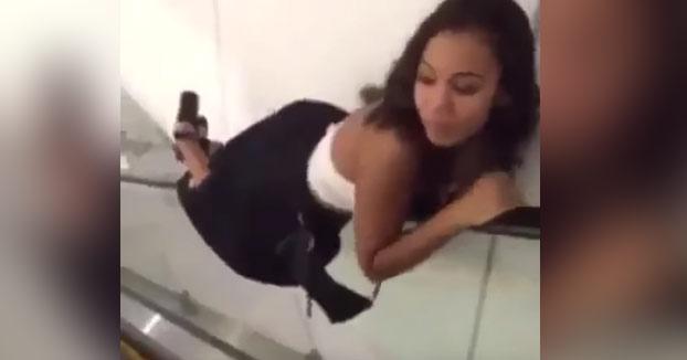 Se rompe un brazo al intentar impresionar a la chica que va bajando las escaleras mecánicas en el pasamanos