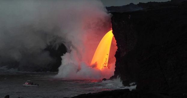Impresionante tubo de lava estabilizado cayendo sobre el mar desde 20 metros de altura