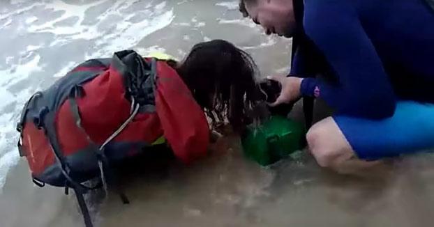 Una turista saca a un tiburón del agua para hacer un selfie y se lleva un buen mordisco de recuerdo
