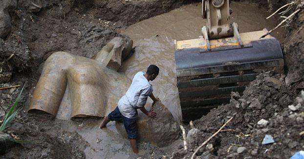 Descubren una importante estatua del faraón Ramsés II de 3000 años de antigüedad en un suburbio de El Cairo