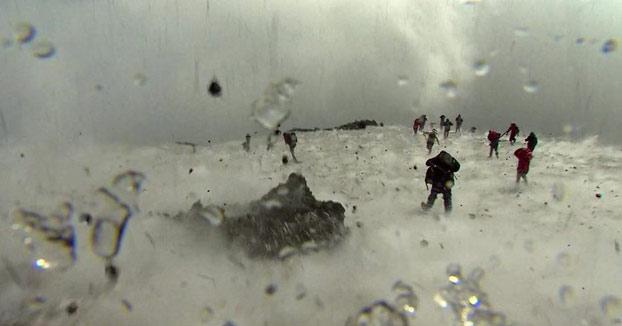 Un equipo de la BBC y un grupo de turistas sorprendidos por la explosión de un cráter del Etna (Vídeo)