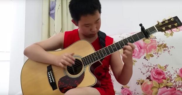 Tiene 12 años, es autodidacta y así toca Thunderstruck de AC/DC