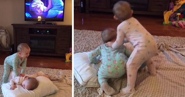 Adorable: Dos bebés gemelos imitan a la perfección una escena de Frozen