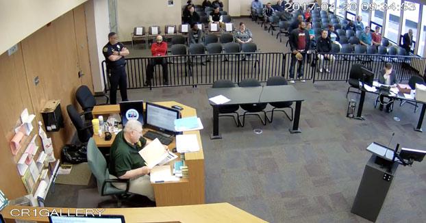Se le cae una bolsita de cocaína cuando estaba ante el juez por una infracción de tráfico