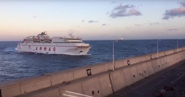 Un ferry se empotra contra el muelle del Puerto de Las Palmas de Gran Canaria