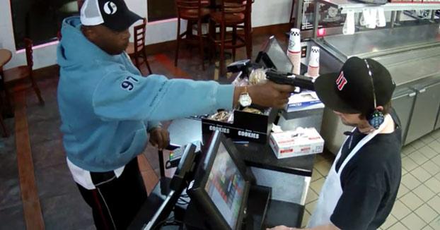 La frialdad de este joven mientras le apuntan con una pistola en la cabeza en pleno robo