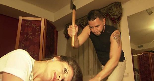 Un peluquero ruso utiliza un hacha para cortar el pelo a sus clientes