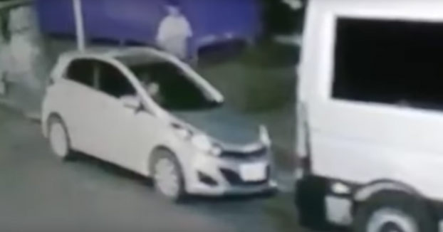 Intenta robarle el coche y antes de arrancar es hombre muerto