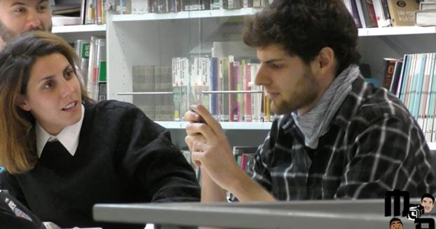 Utilizando Siri para ligar con la chica de al lado en la biblioteca