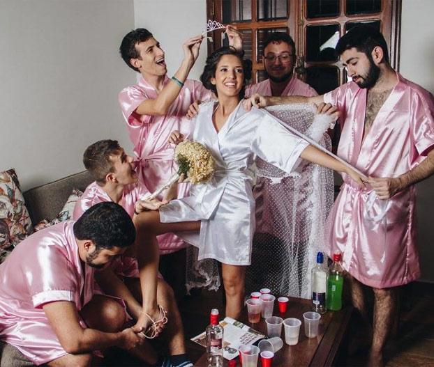 Esta novia ingeniera informática no tenía amigas, así que invitó a sus amigos para sus fotos de boda