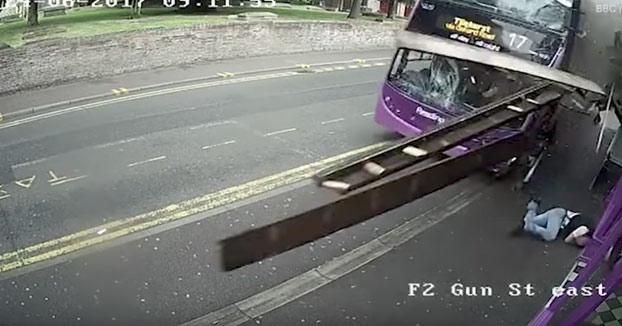 Un hombre arrollado por un autobús se levanta y se dirige a un pub (Vídeo)