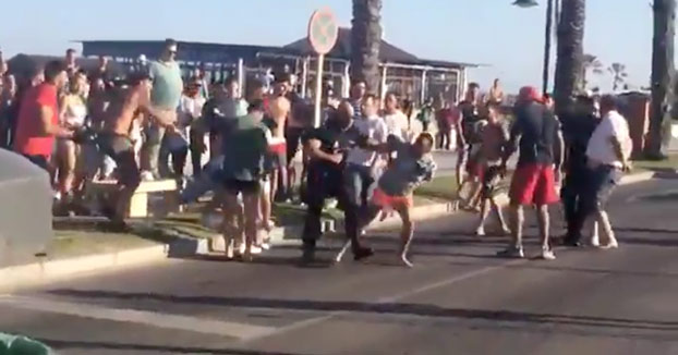 Dos porteros apuñalados en un club de playa de Los Álamos. Vídeo de la detención de los agresores