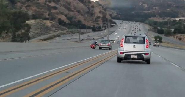 Furia en la carretera: Una pelea entre dos vehículos casi acaba con la vida de un conductor que no tenía nada que ver