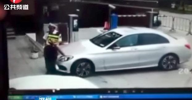 El guardia de seguridad de un parking se tumba en el suelo para evitar que un Mercedes se vaya sin pagar