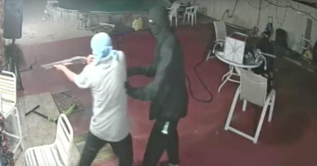 Entran a robar a su casa armados con escopeta y el tío saca un machete y va tras ellos