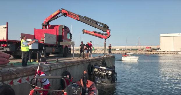 Un mecánico se tira al mar con el Mercedes de un cliente moroso en el puerto de Arenys de Mar