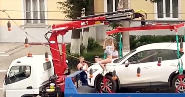 La grúa le va a llevar su coche y la señorita intenta conseguir el indulto de la siguiente forma...