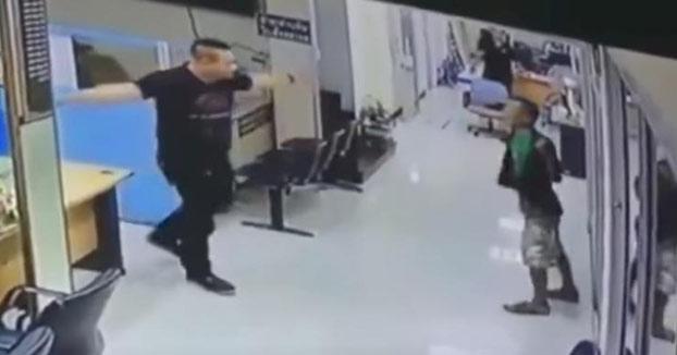 Asalta una comisaría con un cuchillo, pero no se esperaba una reacción así de este policía