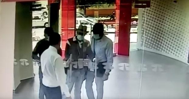Tres hombres se disponían a robar el banco, pero no contaban con la rapidez de uno de los empleados