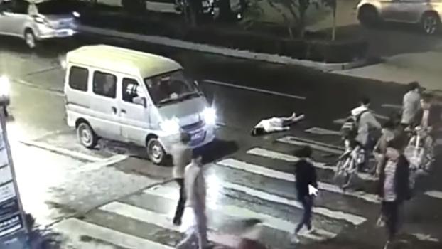 video mujer atropellada paso peatones china