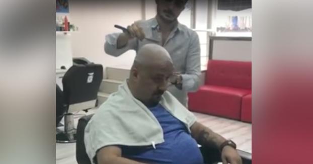 Yo no lo haría: Bromita al peluquero mientras le está afeitando la cabeza con una navaja